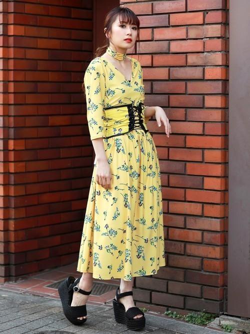 『MURUA』からはワンピースとおそろいの柄のコルセットベルトも登場しています。Vネックがデコルテを綺麗に見せてくれるこちらのワンピースにコルセットベルトをプラスしてレディライクに着こなしましょう。