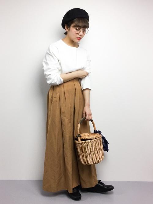 ホワイト×ベージュでふんわり優しい雰囲気にまとめて♪カゴバッグなら季節感もあり、重ためなコーデも軽やかにまとまります。ベレー帽で可愛らしく♡