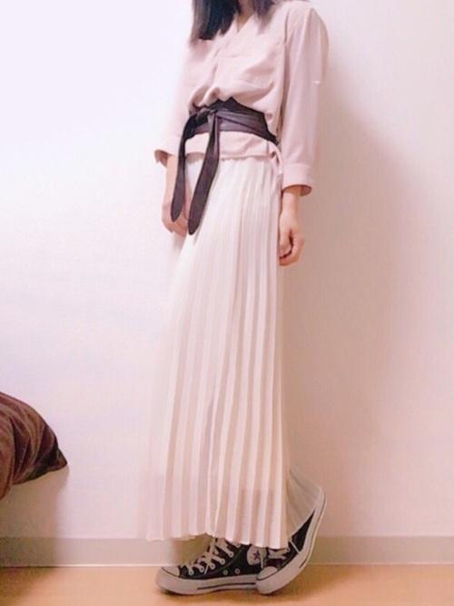 シンプルな色合いでもプリーツスカートが入るだけでおしゃれになっちゃう。去年から流行っているサッシュベルトは今春も使えます!
