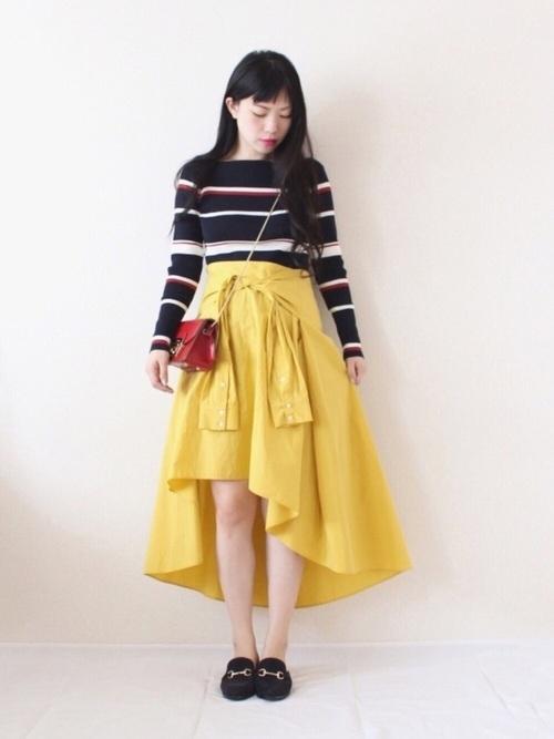 春の日差しに負けない派手な黄色のスカート!今年トレンドのフィッシュテールスカートは、後ろは長く前が短くなっており、目をひきますよね。