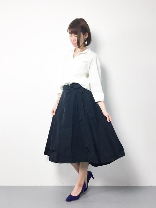 黒無地のスカートに白いシャツを合わせたモノトーンシンプルコーディネートも、アシンメトリーならちょっと差がつくコーディネートになります。