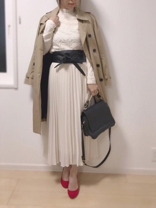 白のプリーツスカートにダーク色のサッシュベルトで引き締めるとクールな印象に。挿し色の赤のシューズが映えますね♪