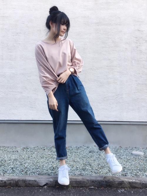 シンプルながらも、ピンクのくすみカラーが上品なコーディネート。デニムの裾をロールアップにして抜け感を出し、スタンスミスが映える大人カジュアルなコーディネートです。