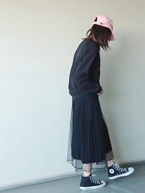 チュールスカート+ブラックのコンバースなら、辛口モードの着こなしが楽しめます。