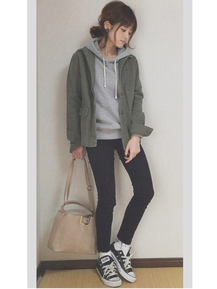 履くだけで脚のラインを綺麗に魅せてくれるストレッチ素材のユニクロデニムは、外遊びには欠かせない。ゆったり目のパーカーやビッグシャツ、ワンピースなど、その日のコーデや気分によってトップスを自由に変えられます。