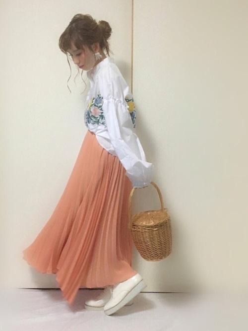 ガーリーな雰囲気でコーデしたピーチカラーのプリーツスカートですね。色合いがとてもやわらかい印象を与えるプリーツスカートで女の子っぽいスタイリングにはぴったりとハマりますね♡