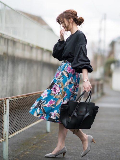 トレンドの花柄のミモレ丈のスカートに合わせると大人の女性らしい上品なスタイリングが叶います。また、週末のちょっとしたお出かけの際にはデニムなどと合わせてもオトナカジュアルの装いに。