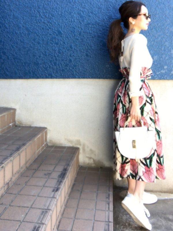 先ほどのスカートの別カラータイプのコーデ。ピンクカラーは、エレガントな雰囲気になりますね。ハイウエストな感じが、すごくお洒落!!全体のバランスもよく、センスアップに!!