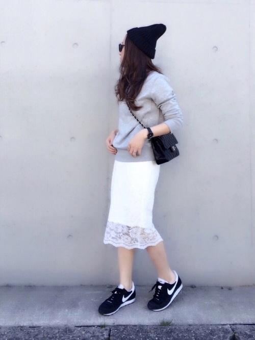 白のレーススカートにスウェットを合わせて。レディなアイテムとのカジュアルMIXコーデを楽しんで。