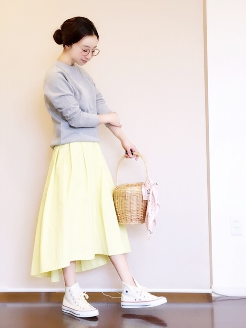 フロントは膝丈、うしろは長めのステップドヘムフレアスカート。上品なレモンイエローのスカートをグレーのスウェットトップスとコンバースに合わせた、スポーツMIXスタイルのコーディネートです。バスケット型かごバッグがキュート♡