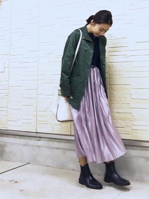 きれいなラベンダー色のスカートがロング丈なのでショートブーツとのバランスがベストですね。春先はブーツの出番が減るからこそ、足元にボリュームが出るレンブーツが履ける時は嬉しいですよね。雨の日用のコーデが決まっていると雨が楽しみになりますね。