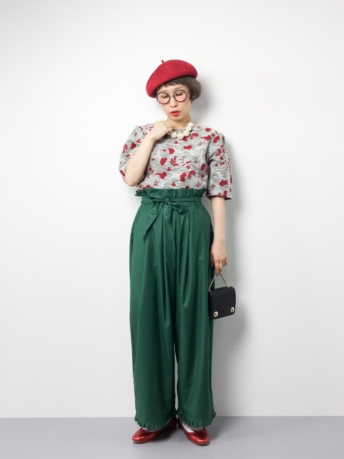 トップスの柄とシューズとベレー帽で赤を取り入れたコーデです。グレイベースのトップスとグリーンのワイドパンツに赤は意外と相性抜群です。おしゃれさんはやっぱり小物使いが上手ですね♪