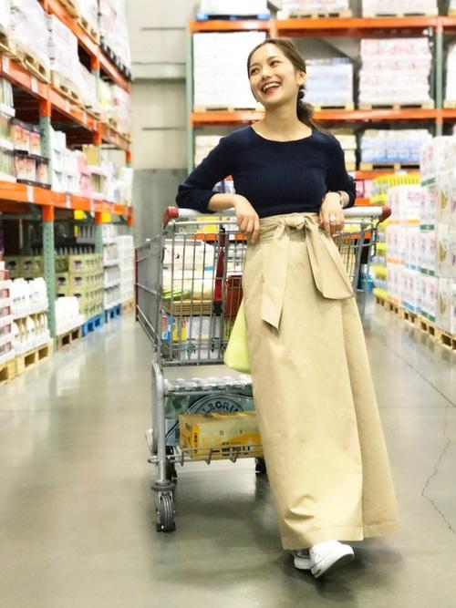 ウエストのリボンが大きくて印象的なロングフレアスカートは、ベージュで大人っぽく♡トップスにはシンプルなものを合わせてスカートのデザインを引き立てています!