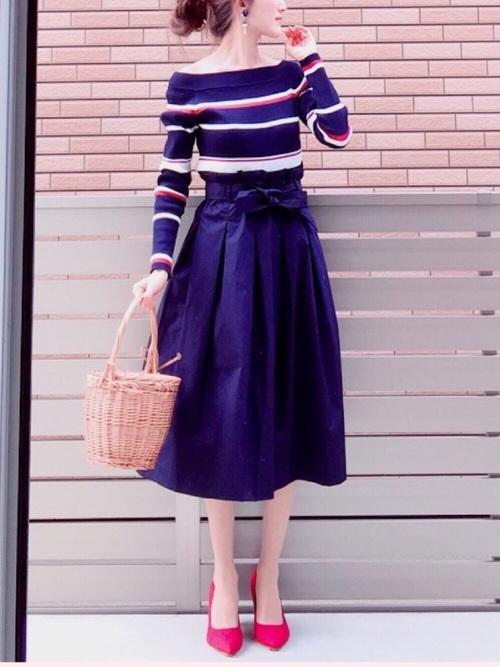 ネイビーのふんわりスカート。ウエストのリボンとふんわりしたシルエットがガーリーなスカートも、ネイビーなら大人っぽく着こなせます◎落ち着いたカラーでまとまっているコーデには、さし色を入れるのがおしゃれポイント☆