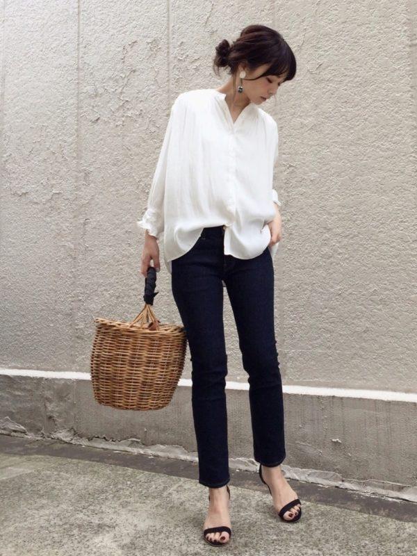 シンプルなスタイルもとろみ感で女らしさがアップ。襟元の抜け感が大人の魅力を演出してくれます。ヒールサンダル使いで大人の雰囲気に。