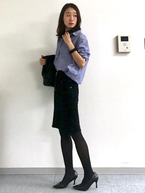 ユニクロのシャツに黒のタイトスカート、黒のパンプスでオフィスコーデ。足元をスニーカーに変えれば、大人カジュアルなOFFコーデにもなりますよ。
