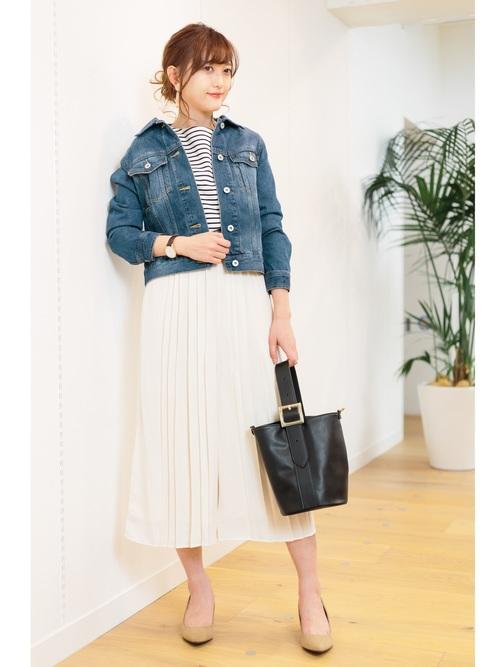 ◆GU ボーダーフレアスリーブT ¥1490  デニムジャケットのインナーがボーダーフレアスリーブTです。ハリのあるポンチ素材で袖口がフレアになったトレンドのデザイン。ホワイトのプリーツスカンツで春満開のコーディネート。ジャケットは抜き襟にして、ちょっとオシャレなカフェレストランで友人とランチ♪