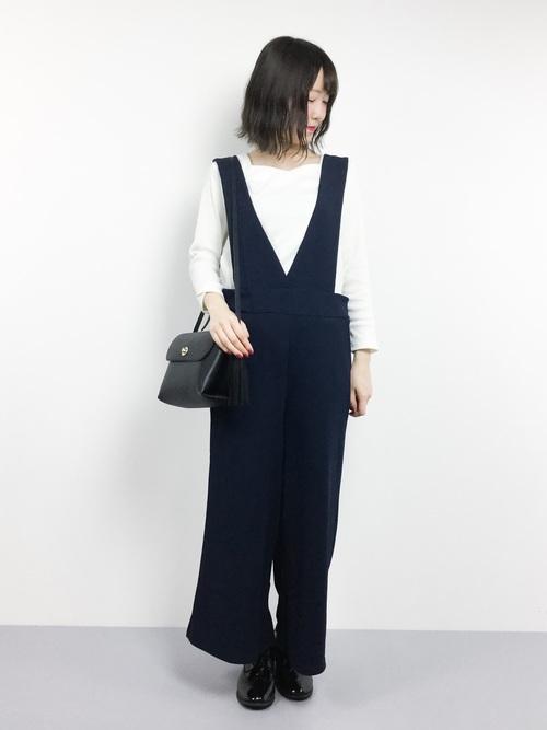 ダーク系カラーのサロペットならしっとりとした着こなしが作れます♪足元はマニッシュなドレスシューズでメンズっぽくまとめていますね。