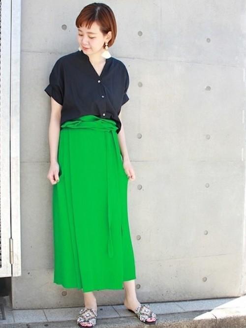 リラックス感のあるとろみ素材のロングスカートに、ダークネイビーのブラウスを合わせて。グリーンにネイビーを合わせると上品で落ち着いた印象になります。
