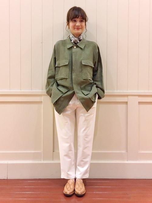 リネンで作られたオーバーサイズのミリタリージャケットは、素材づくりからこだわり上質なウェアを提案する日本のブランド「AURALEE(オーラリー)」のもの。白い9分丈パンツで爽やかに。リネンの柔らかさと首元のスカーフでメンズライクなアイテムを女性らしく着こなしています。