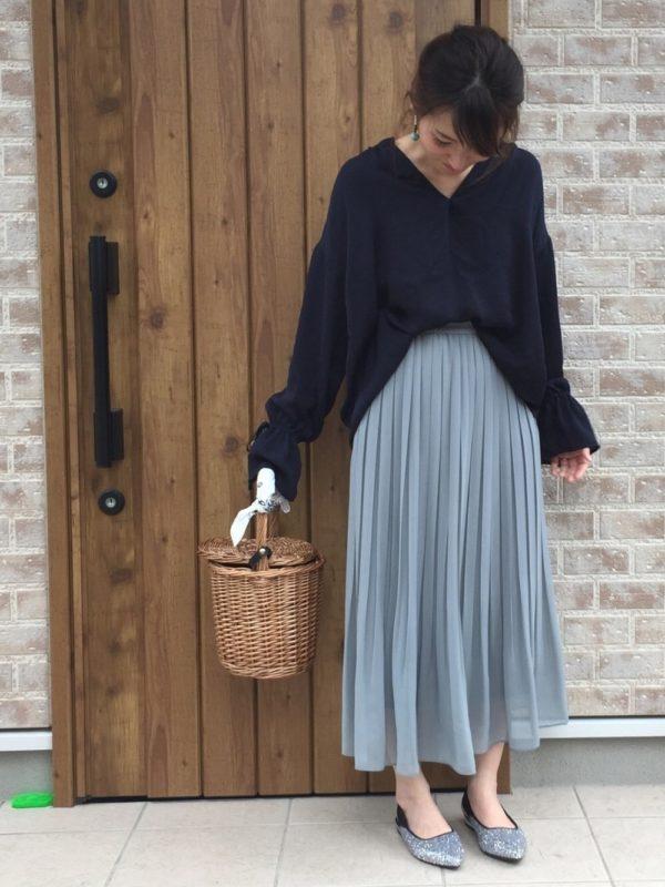 ユニクロのプリーツスカートを使ったコーデ。スカートの丈部分がふんわりしたプリーツスカートは、妖精のような雰囲気に♪同系色のシルバーカラーのパンプスを合わせて大人可愛いスタイルに。