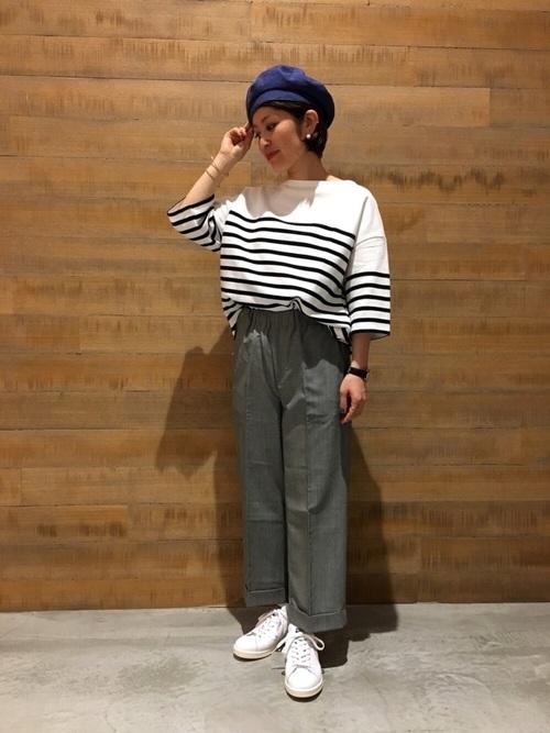 こちらのボーダーはニューモデルで、身幅と袖にたっぷりした余裕があるデザイン。プレスの入ったグレーのパンツですっきりと。シンプルなコーデですが、パンツの丈や小物使いでこなれた雰囲気に。