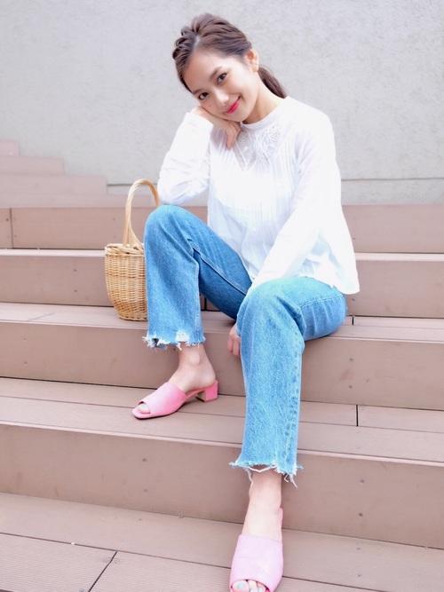モデルの武智志穂さんのコーディネートは、シンプルでだれでも真似しやすいコーディネートが多いです。こちらは、ライトブルーのデニムパンツと白トップスでさわやかにまとめた、春にピッタリのコーディネート。足元は、春カラーのピンクを合わせています。バッグもかごバッグで、シンプルながらも春をたっぷり詰め込んだおしゃれコーデです☆