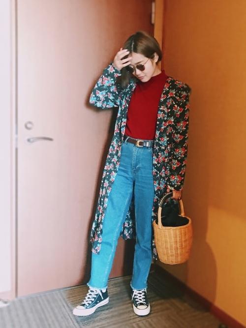 裾が切りっぱなしの薄いブルーのジーンズがとても今年っぽいですね♪花柄ワンピでさらに今年流コーデに!
