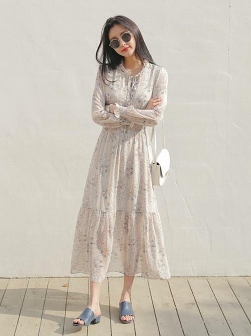 女性らしいレトロ風なロング丈で。裾が透けていてかつフレア状になっているので、足元もキレイに魅せることができます。