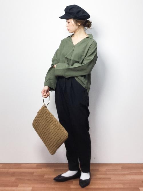 スキッパーシャツをかっこよく着たいなら、ほど良いメンズライクな感じに着こなせるカーキがおすすめ。