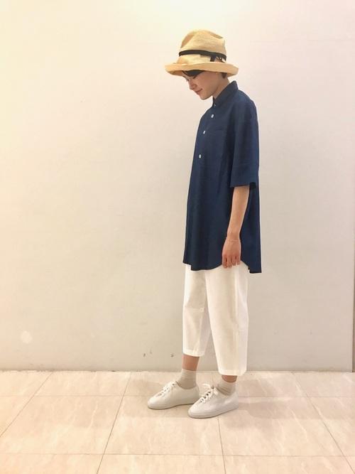 上質な生地と仕立てで作られたメンズライクなオーバーサイズシャツは、イタリアのハイエンドなカジュアルブランド「SUNNEI」のもの。白のクロップドパンツを合わせてクリーンなコーデに。女性らしいつば広ハットとのバランスが絶妙です。