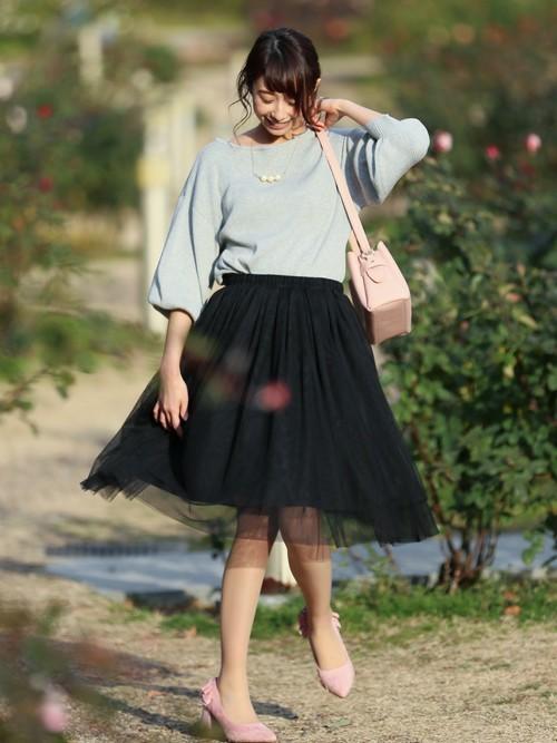 ボリューム袖の可愛らしい雰囲気のニットに、ダークカラーのチュールスカートを合わせて、シックな大人の雰囲気での着こなしです。
