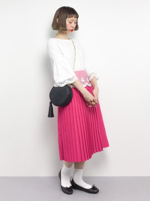 アクセントカラーのショッキングピンクのプリーツスカートです。ミモレ丈のプリーツスカートは、さらにガーリーな印象を与えますね。バレエシューズと白ソックスでティーンエージャーのような女の子をイメージしたプリーツスカートコーデです♡
