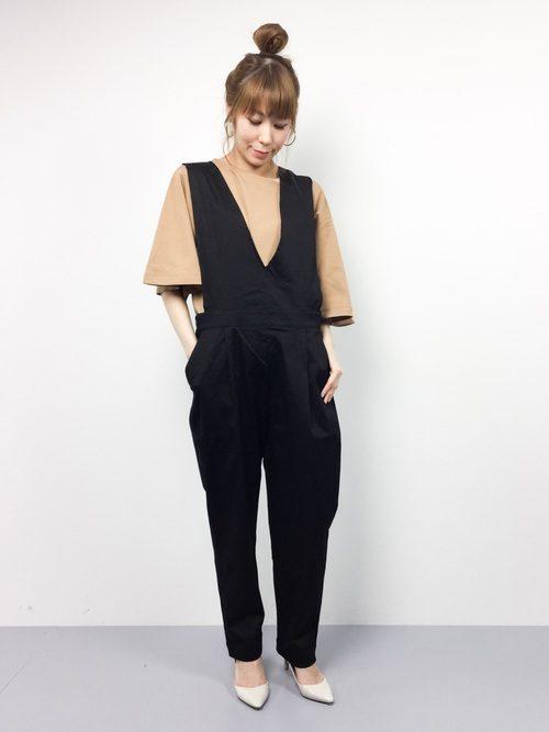 ブラウンのゆったりデザインのトップスは、メインにも重ね着のインナーとしても使える着まわしに便利なアイテムです!前がざっくり開いたKBFのサロペットは、パンツ部分が裾に向かって細身シルエットになっており、大きめのトップスとの組み合わせもスタイリッシュに決まります。