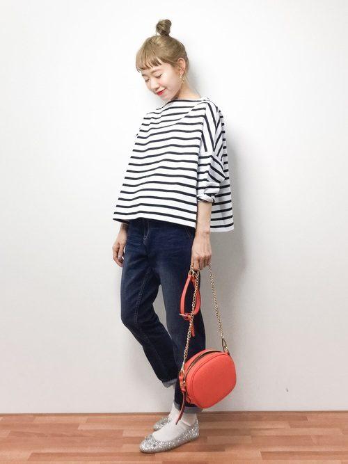 定番のボーダーマリン。Aラインの女性らしいシルエットには、すっきりデザインのパンツがおすすめ!裾を少しだけロールアップしてフラットなバレエシューズで合わせればさらにフェミニンな印象に。オレンジのチェーンバッグでお洒落度アップ!!