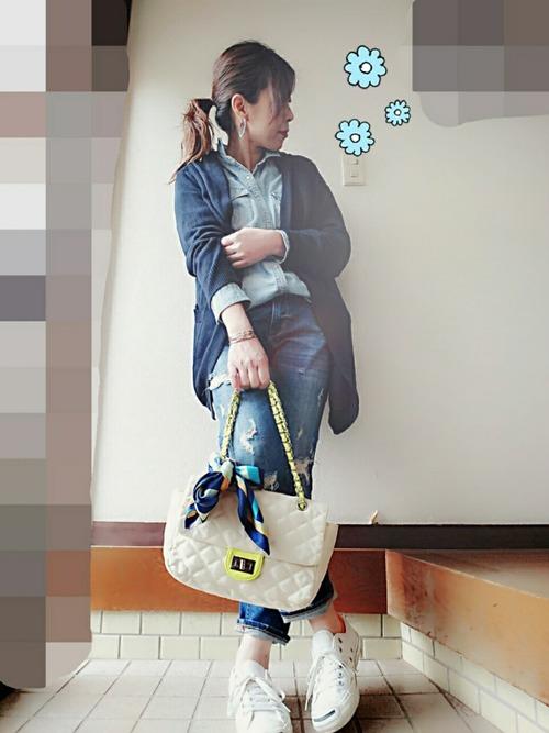 種類の多いしまむらバッグですが、自分色にアレンジするのも流行っているそう。スカーフでアレンジしたバッグがデニデニコーデにマッチしますね。