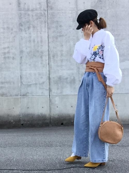 白シャツ×デニムで仕上げた爽やかな春コーデですね。ベージュで揃えたサッシュベルトとバッグがほどよいアクセントに。