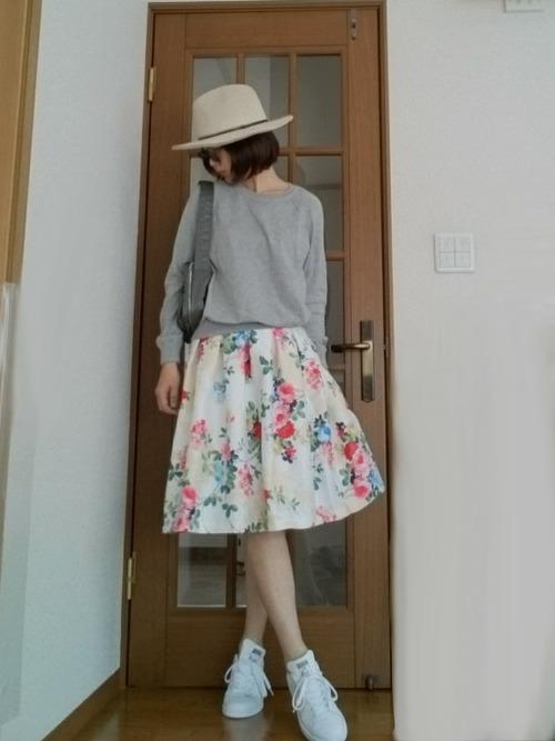 可愛めアイテムの花柄のフレアスカートにスタンスミスのスニーカーでカジュアルダウン☆グレーのトップスで重たくなりすぎない春らしいコーディネートです♪