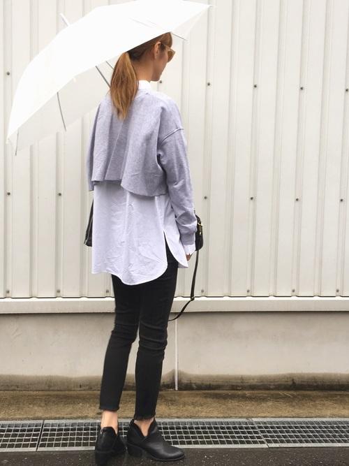 黒のブーツでかっこいいですね。スキニーパンツと色を合わせるのがポイントですね。ショート丈トップスから出る白シャツのバランスがオシャレですね。シンプルなのに素敵な雨の日コーデです。