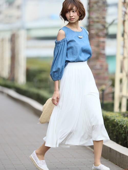 爽やかなイメージのカラーコーディネートに、ちょっぴり肩が出るカットアウェイ・ショルダーとボリューム袖で、可愛らしさがプラスされたoutfitです。