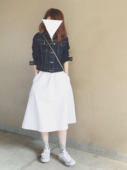 デニムジャケットと白のスカートは爽やかスタイル間違いなしですね。足元にはスニーカーを履いてカジュアルに。