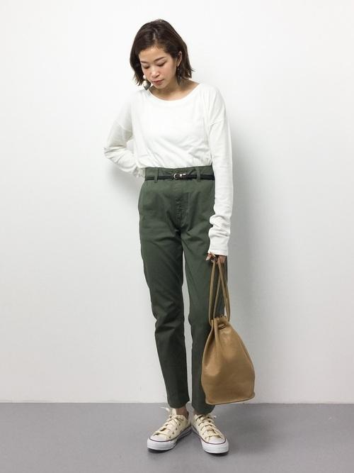 ホワイトロンTをパンツインすれば、マニッシュなコーデに♪巾着型のバッグはコーデに遊び心をプラスしてくれて、一つ持っていると便利!
