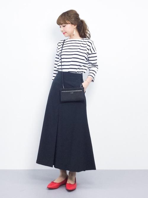 こちらもボーダートップスを使ったコーデ。黒スカートと合わせたシンプルなコーデですが、やはりさし色が華やかさをプラスしておしゃれにまとめてくれていますね!