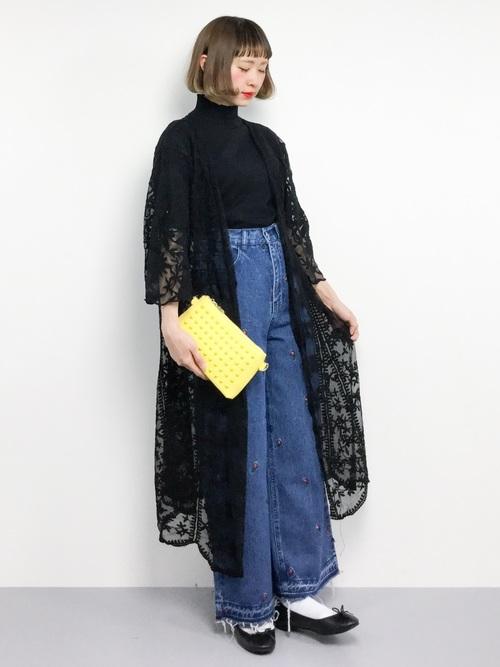 イエローのバッグは、シューズ同様、コーデのさし色になってくれます!黒の多いコーデも、イエローのバッグが華やかにしてくれていますね♪
