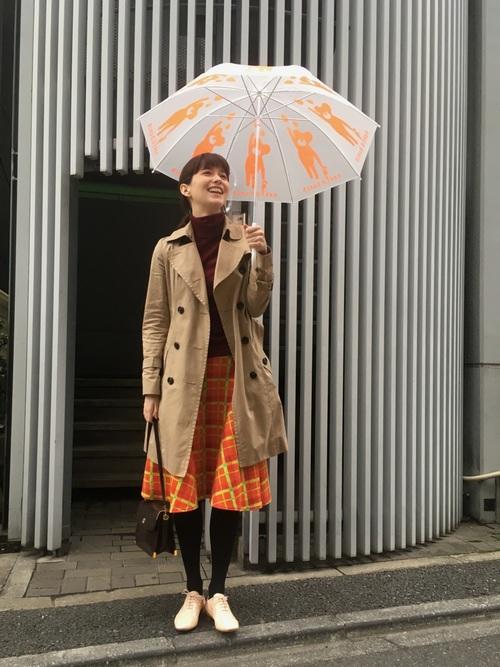 同系色のトーンがオシャレですね。傘もオレンジやベージュのクマが描かれていてかわいいですね。雨の日にはこんな遊び心で気分もハッピーにするのも上手な天気との付き合い方ですね。足元だけ明るい白を持ってくると抜け感が出ますね。