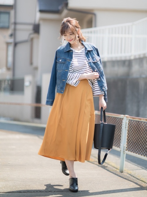 ◆GUデニムジャケット¥2,990(税別)  7daysカジュアルの最初のマストアイテムは定番のデニムジャケットです。大人気のカラースカートとのコーデに欠かせないアイテム。今季はオーバーサイズがトレンド。ジャストサイズが好きな人は、抜き襟や肩掛けなどのスタイリングでトレンド感を取り入れたいですね。