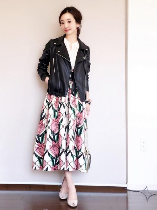 かわいさが勝ってしまいそうな大きな花柄のスカートも、ライダースジャケットなら絶妙なバランスに整いますね!「きれい」「かわいい」「かっこいい」の3つが合わさっていて、とってもおしゃれです♡