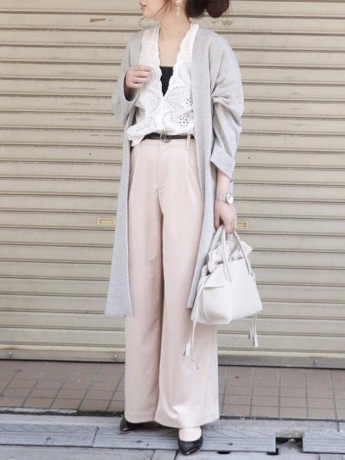 ロングカーディガンとワイドパンツ・バッグはペールトーンでまとめて春らしい装いに演出。インナーやベルト、靴は黒でコーディネートの引き締めに。ライトグレーやペールピンクは白いブラウスに良く似合います。