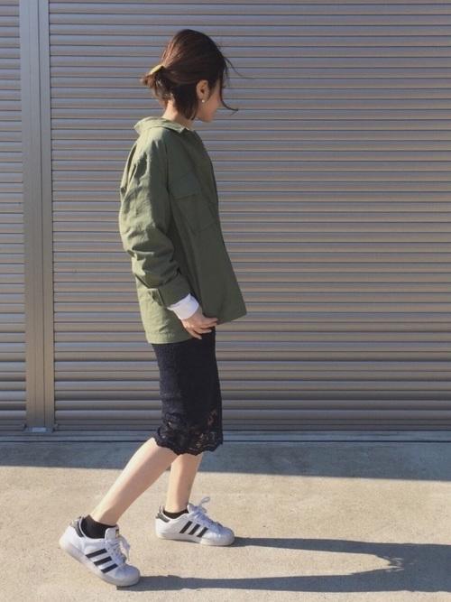 カジュアルなコーデですが、レースのタイトスカートで女性らしさがグンと上がります。