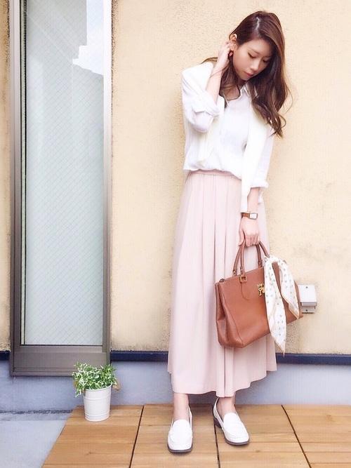 淡いピンクのパンツにホワイトを合わせて、甘く仕上げています♡きちんと感のあるシャツや大人っぽいパンツを使えば、甘くなりすぎず大人可愛いが簡単に叶いますね!